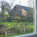 Blick aus dem Fenster auf die Scheune