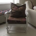 weiss gemalter und frisch bezogener alter Sessel