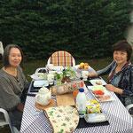 親友典子さんのご自宅のお庭で朝食