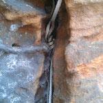 Bandschlingenknoten im Riss. Mitunter sind Felsspalten für Rundmaterial zu schmal, dafür können auch Bandschlingen gelegt werden.