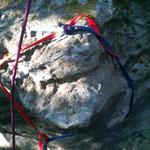 Wilde Bandschlingenkonstruktion (Bandschlingenknoten verwenden) oder besseren Sicherungspunkt suchen