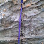 Kevlar in Felsnase (Haltbarkeit fragwürdig) - nicht die Schlinge, sondern die umgebende Felsqualität (Fels wird hier wahrscheinlich wegplatzen)