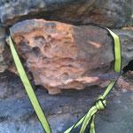 """Geknotete Bandschlinge über Felsblock - für """"Liebhaber"""", genähte Bandschlingen sind vorzuziehen, da gerade bei Bandschlingen der Knoten immer der Schwachpunkt sein wird."""