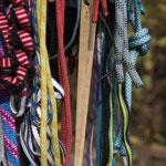 Schlingen am Gurt, hier gilt es, eine persönliche Variante zu finden, die einem das Finden und Verwenden der geeigneten Schlinge erleichtert. Wichtig: der Rissspatel ;)