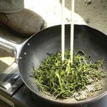 中華鍋で茶葉を炒る