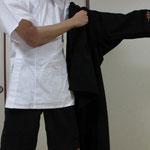 二、左手から黒筒袖をまといます