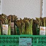 Gebündelt und ettiketiert finden Sie unsere Grünspargeln täglich frisch im Laden.