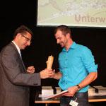 Konrad Schmid, Präsident des SBV überreicht einem erfolgreichen Absolventen das Geschenk des SBV, die Hydranten-Pfeffermühle