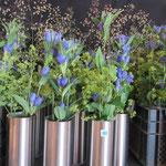 Tischdekoration ist parat mit Naturblumen und Chromstahlvase von Turi Tobler (vom Vorstand)