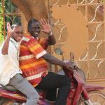 zwei Ärzte auf dem Weg ins Krankenhaus