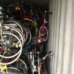 Die Kinderfahrräder kommen in die Zwischenräume