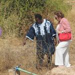 Dr. Ouedraogo erklärt die Bewässerungsanlage