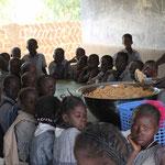 Schulkinder beim Mittagstisch