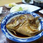 鯛のカブト煮。 これが一人に一つずつ。
