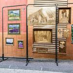 Vue sur les œuvres exposées sur le trottoir d'en face