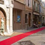 Rue Mercerie et le tapis rouge qui mène à notre galerie
