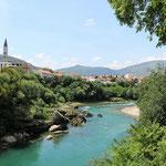 De Neretva rivier vanaf de tuin van de moskee