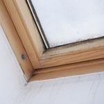 Feuchtigkeitsschaden an der Laibung der Dacheinschnittsecke.