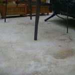 Pfützenbildung auf der Betonfläche