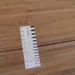 Die Schwindverformung im Parkettfußboden beträgt ca. 2 mm.