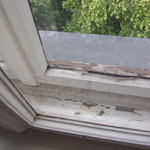 Eindringende Feuchtigkeit in den Fensterzwischenraum und am innenseitigen Fensterrahmen