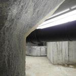 Aussinterungen von Calciumhydroxid  an der Beckenaußenseite der WU-Betonkonstruktion