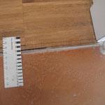 Trennfuge Fußboden Küche/Flur:  Abriss der Seitenverleimung