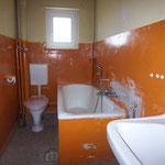 Bad/WC mit neuem Isolierglasfenster.