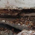 Durchfeuchteter Fußbodenaufbau unterhalb der Terrassenschwelle.