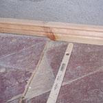 Die neue Fußbodenleiste wurde aufwendig an die Gegebenheiten angepasst.
