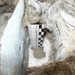 Beckenwasser auf dem Beckenumgang. Die Polystyroldämmung zeigt Auflösungserscheinungen