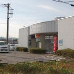 スーパーランドの並びの郵便局です。他にコンビニもあり、生活はとても便利です。