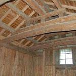 蔵の天井にはこんなに太い梁が使われています。