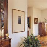 Dans un environnement de style classique, un encadrement avec un biseau doré