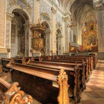 In die Seitenschiffe wurden ab 1620 acht Seitenkapellen eingefügt, den acht Altären der romanischen Kirche entsprechend.
