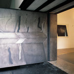 Das neue Portal zum Spanischen Saal wurde 1997 vom Tiroler Künstler Peter Willburger in Rom angefertigt. Es besteht aus 17 geätzten Eisenplatten, das Profil des Künstlers ist eingraviert. Foto: Kunstverein Peter Willburger (ausnahmeweise aufgenommen)