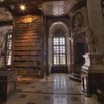 Insgesamt werden im Prunksaal etwa 200.000 Bücher, datierend vom 16. bis zum 19. Jahrhundert, aufbewahrt.