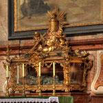In einem kunstvollen Holzschrein unterhalb des Altarbildes ruhen die Gebeine des hl. Märtyrers Urban