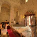 Das romanische Kirchenportal führt zurück in den Innenhof