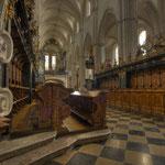 Blick über das reich intarsierte Chorgestühl auf das dreischiffige Langhaus und die Orgelempore