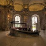 Bild oben: Unter dem Marmorsaal eine gleich große Sala terrena, der sogenannte Riesensaal mit gewaltigen Atlanten von Lorenzo Mattielli.