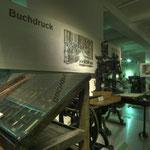Ein Setzkasten in der Abteilung Buchdruck, im Hintergrund Druckmaschinen.
