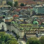 Ein Blick auf die Innenstadt von der Hungerburg aus: links im Bild das Tiroler Volkskundemuseum und die Hofkirche, die Hofburg, dahinter der Turm der Servitenkirche auf der Maria-Theresien-Straße, rechts die Türme von Dom und Rathaus.
