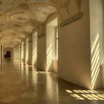 Dieser wunderschöne Gang führt zu den barocken Räumen