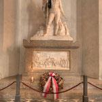 Das Grabdenkmal von Andreas Hofer, der 1823 als Führer des Tiroler Freiheitskampfes dort beigesetzt wurde.