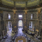 Blick von der Galerie über den ersten Stock zum ebenerdigen Eingang