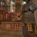 Eine der 28 überlebensgroße Bronzestandbildern – mit Blick auf den Hochaltar