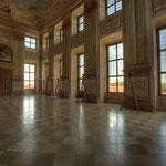 Den durch zwei Stockwerke aufragenden Festsaal plante der kaiserliche Architekt Johann Bernhard Fischer von Erlach