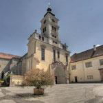 Ein Blick über den weitläufigen Hof auf die größte Kirche Niederösterreichs