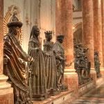 In Wiener Neustadt – wo sich Maximilians eigentliches Grabmal befindet – konnten die Bronzefiguren nicht aufgestellt werden, da sie viel zu schwer waren, vom Kirchenboden nicht getragen werden konnt